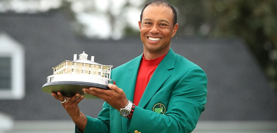 PHOTO Tiger Woods Holding Masters Trophy
