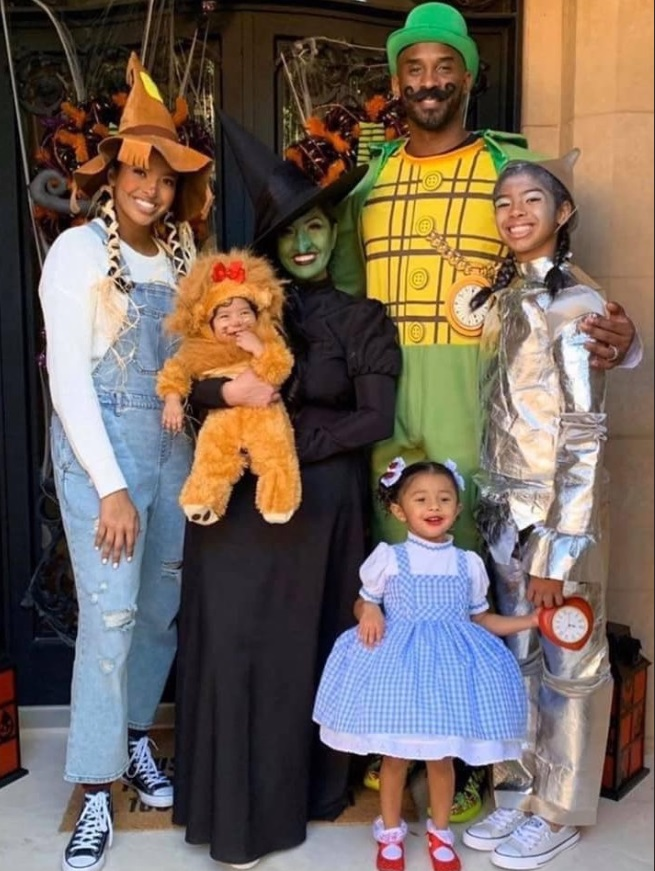 PHOTO Kobe Bryant Dressed Up As Leprechaun Rest Of Family Dressed Up For Halloween