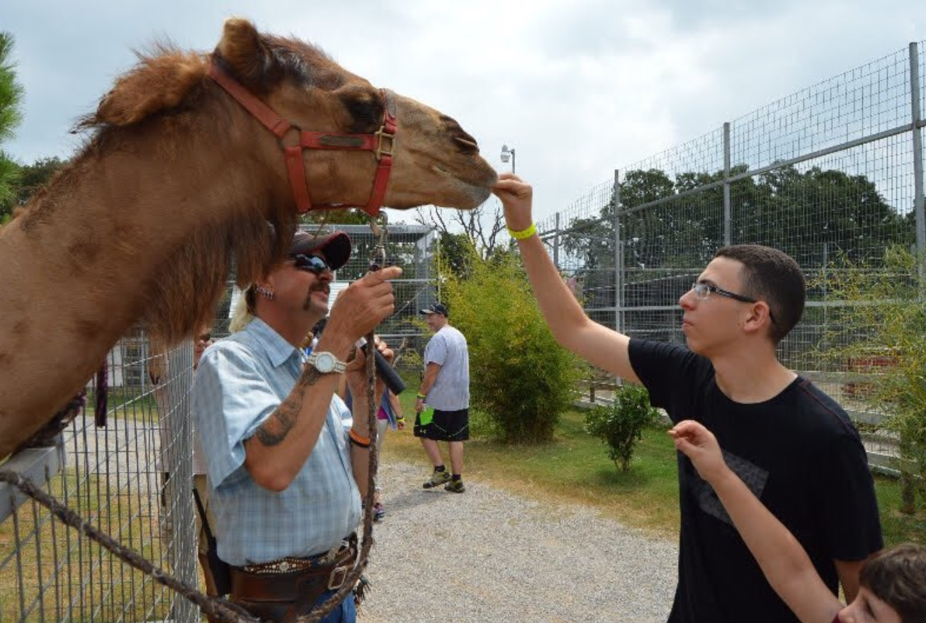 PHOTO Joe Exotic Letting A Naive Visitor Of His Park Feed A Horse Over The Fence